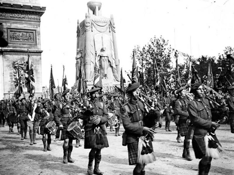 Siegesparade mit schottischer Musik in Paris. 14. Juli 1919.