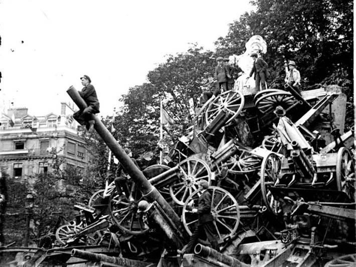Siegesparade mit Kriegstrophäen - vom französischen Hahn überragt - in Paris. 14. Juli 1919.