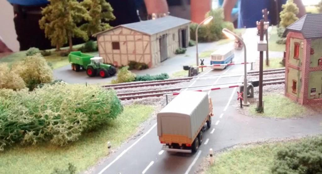 Der Bahnübergang in 1:160 wirkt gar nicht so N-spurig. Könnte auch in H0 sein, so schön, wie er ausgestaltet ist.