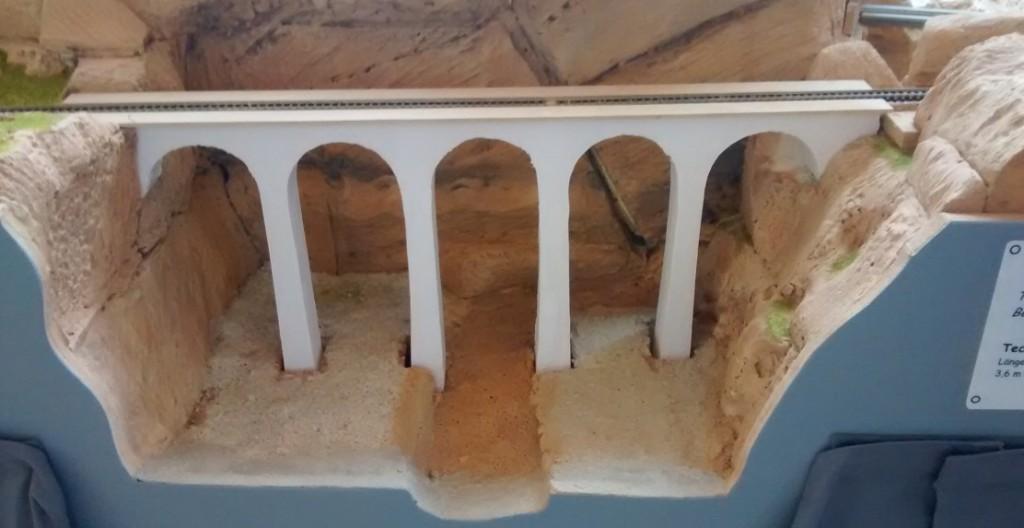 Das Viadukt über der noch im Aufbau befindlichen Senke.