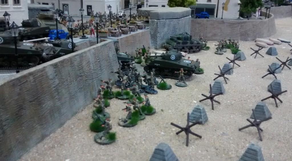 Auf dem linken Flügel fahren ebenfalls ddie Truppen die Rampe hinan. An der Strandpromenade sammeln sich die alliierten Kräfte.