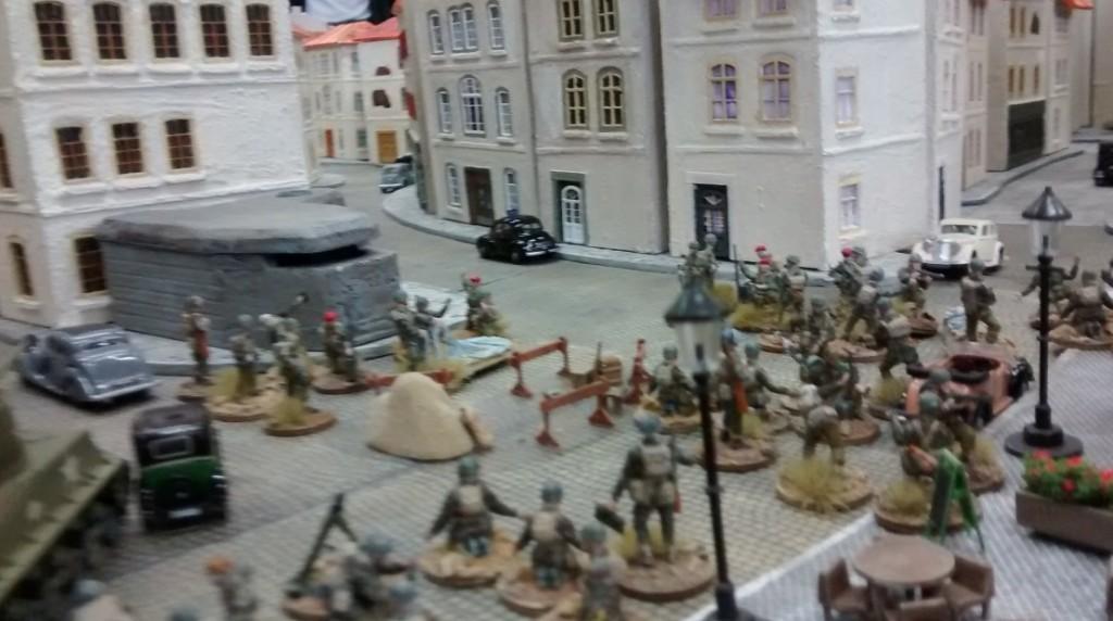 Am Tor zur Altstadt von Saint-Aubin-Sur-Mer herrscht noch etwas Verkehrschaos. Die Infanterie - hier sind es britische Fallschirmjäger - blockieren die Straße.