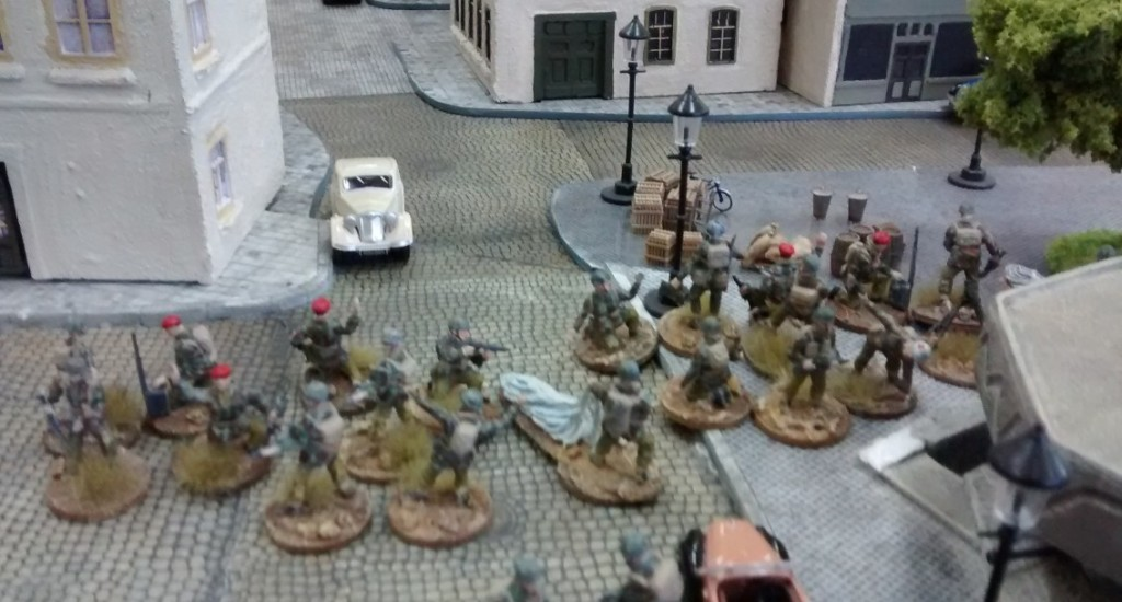 Zwei 10er-Trupps Fallschirmjäger machen sich auf den Weg durchs enge Hafenviertel in Plattenmitte.