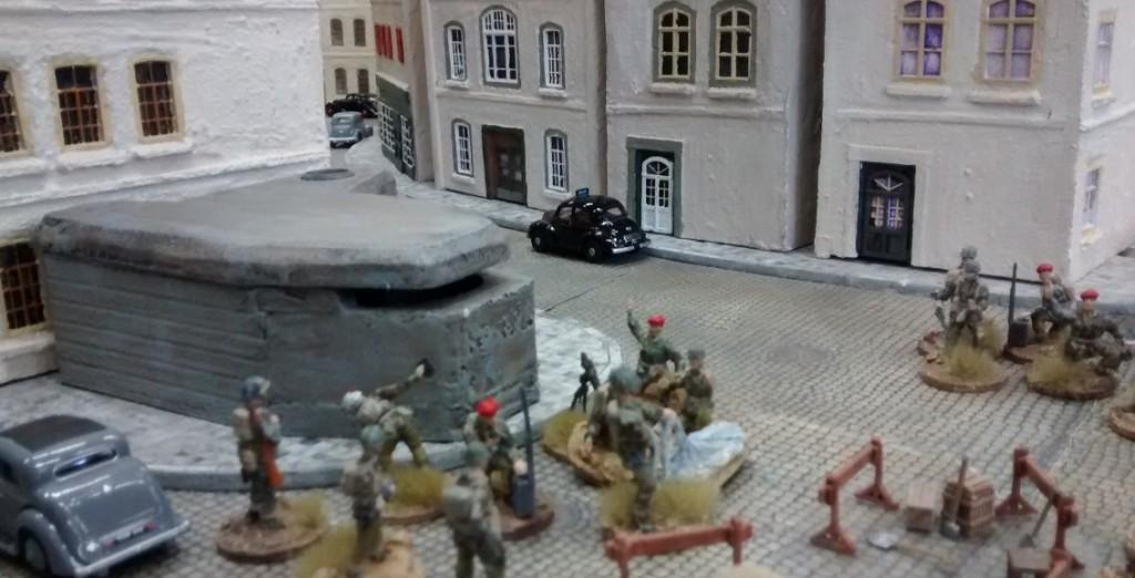 Vor dem ehemaligen deutschen MG-Bunker gehen zwei britische schwere Mörser in Stellung. Jetzt zu Spielbeginn trennen die beiden Parteien noch gut zwei Meter. Aber man kann ja nie wissen...