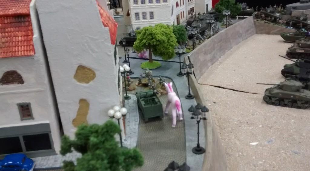 Der M3 Halftrack passiert das Pink Unicorn. Gleich werden 10 britische Fallschirmtjäger aufsitzen und  mit dem M3 Halftrack in die Altstadt vorstoßen.