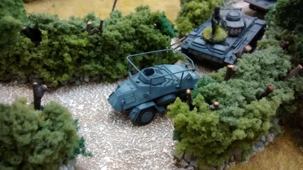 Aus der bocagereichen Umgebung kommt Zulauf an Nachschub aus Jarnos Armee. Das Sd. Kfz. 223 und der Panzer III sind nur zwei der vielen Fahrzeuge.
