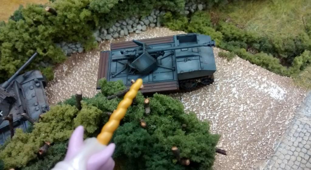 Unter den kritischen Augen des Einhorns rollt der RSO mit seiner 7,5cm-Pak an die Front.