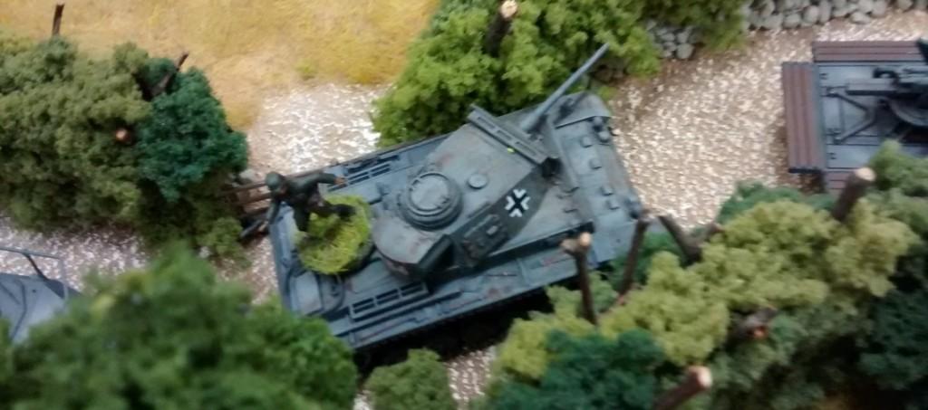 Der Panzer III führt stellvertretend für den 10er-Trupp, der auf seinem Buckel aufgesessen ist, den Offizier des Trupps mit.