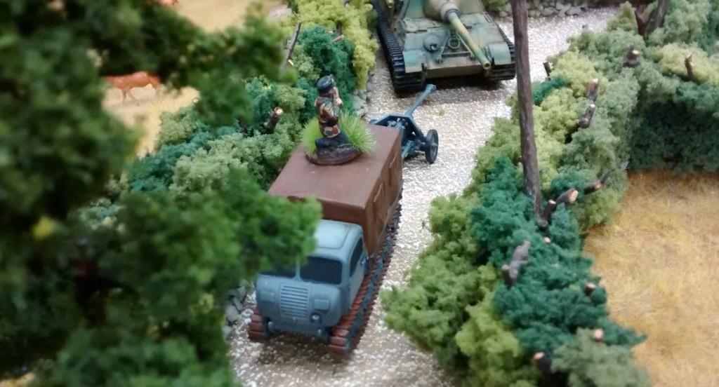 Ein RSO schleppt seine Pak an die Front.