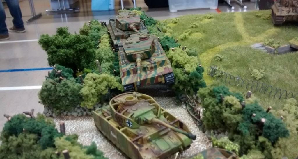 Ein Panzer IV H und zwo Tiger I folgen weiter hinten auf dem  Weg durch die Bocage.