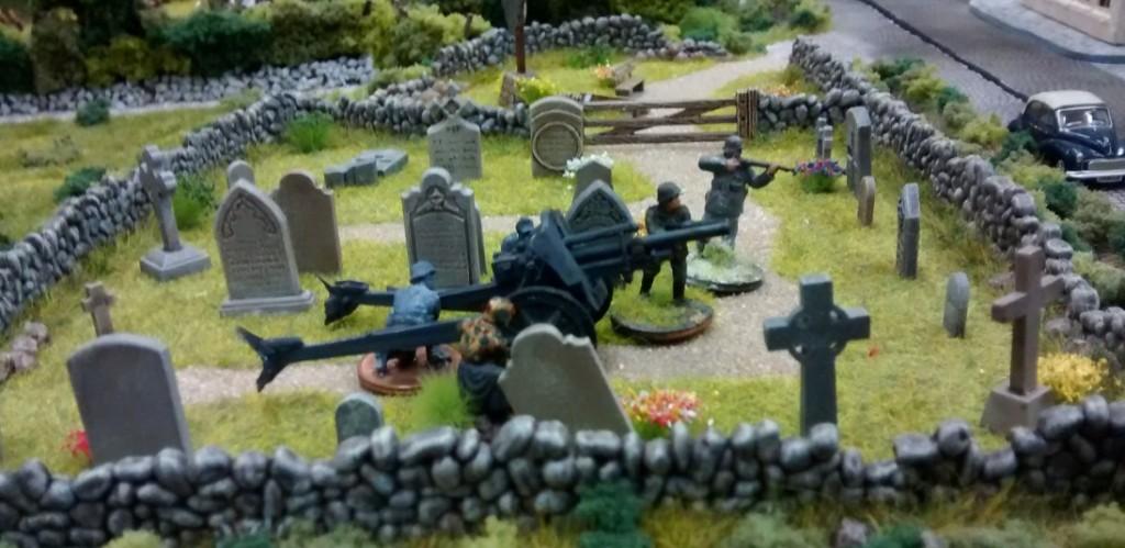 Auf dem Friedhof von Saint-Aubin-Sur-Mer ist eine Feldhaubitze in Stellung gegangen. Später sollte es sich zeigen, dass die deutsche Artillerie zu eiiner sehr starken Bedrohung für die allierten Truppen wurde.