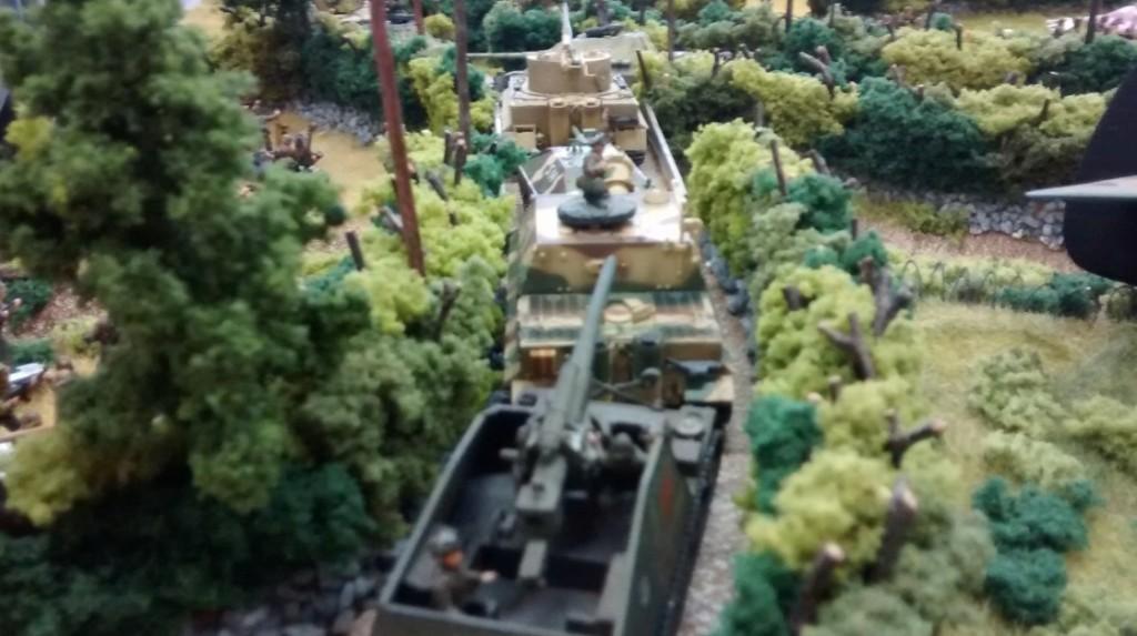Auf dem linken Flügel von Sofageneral Florian ist auch Bewegung zu verspüren. Hummel, Sturmitger, Hetzer, Bergetiger und zwo Jagdpanther rollen in die Stadt.