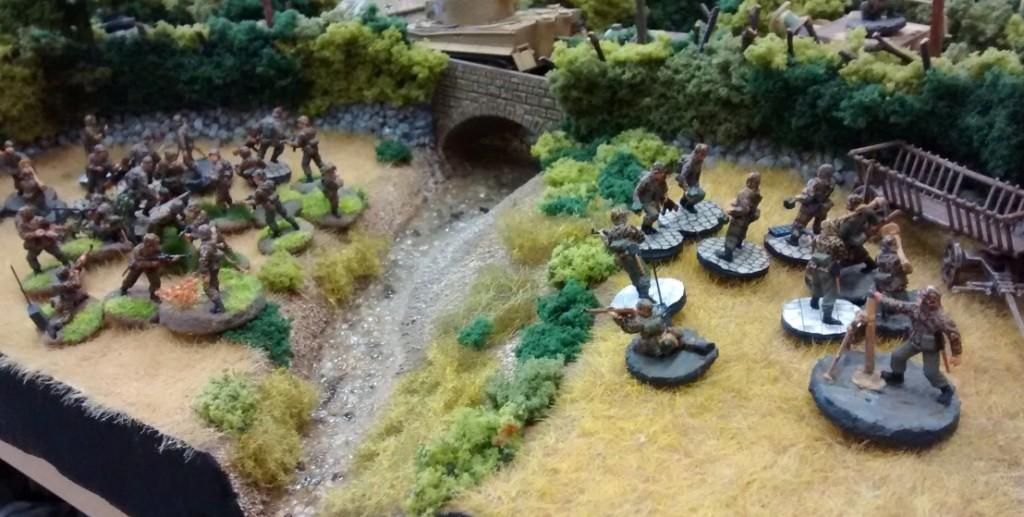 Während die Straße für ddie Panzer freigehalten wird, müssen die Infanteristen mit ihrer schweren Ausrüstung durchs Feld marschieren. Etwas bedröppelt gucken die Panzergrenadiere des Grenadierregiments 736 schon drein, aber Befehl ist Befehl.