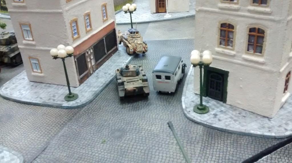 Vor der Panzerspitze rollen die beiden Spähfahrzeuge von Sofageneral Florian: ein Sd.Kfz. 222 und ein Luchs.