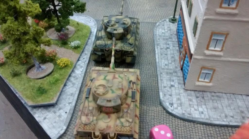 Zwo Tiger stehen in der Seitenstraße zum Angriff bereit.