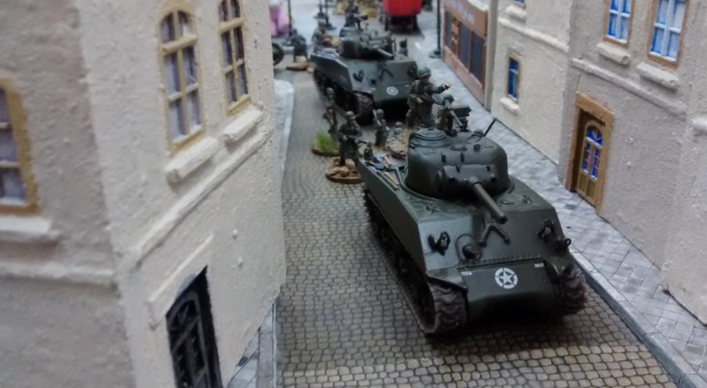 Nächste Runde! Die alliierten Spieler lassen rollen. Die Schörmis drängen von seewärts in die Stadt. Auf jedem Schörmi sitzt ein 10er-Trupp.