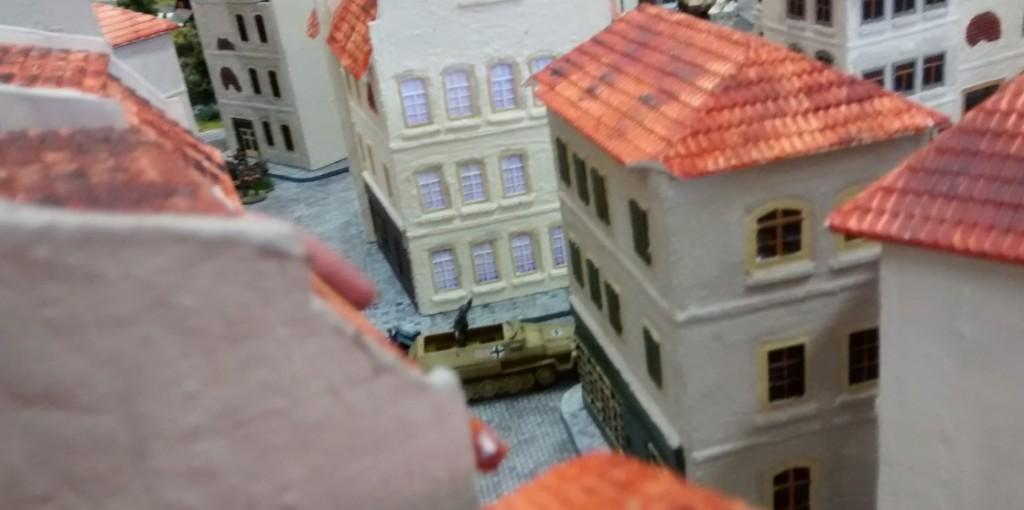 Ein 251er stößt mit aufgesessenem 10er-Trupp in die Stadtmitte vor. Auch hier giert man nach Standorten mit guter Aussicht. Bevorzugt werden auf beiden Seiten Stadthäuser mit weitreichender Sicht