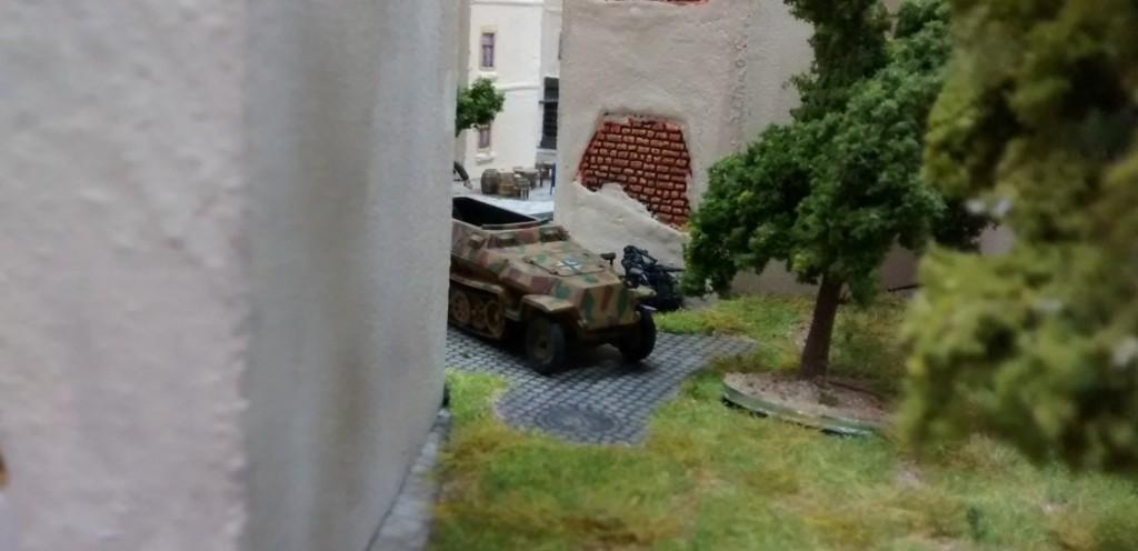 Ganz rechts außen bietet ein Hinterhof eine vorzüglich gesicherte Stellung für Granatwerfer. Ein 251er transportiert gleich einen schwerst bewaffneten 10er-Trupp in den besagten Hinterhof.