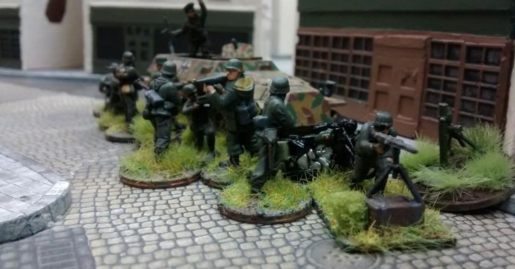 Der MG-Schütze ist bereits in Stellung gegangen. Man kann nie wissen. Der Feind ist überall.