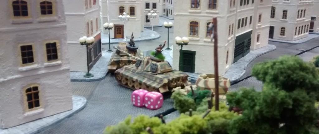 Sofageneral Florian geht in die Vollen. Seine beiden KöTis preschen in die Stadt. Der Wirbelwind folgt und gibt Feuerschutz gegen vorwitzige alliierte Infanteristen.