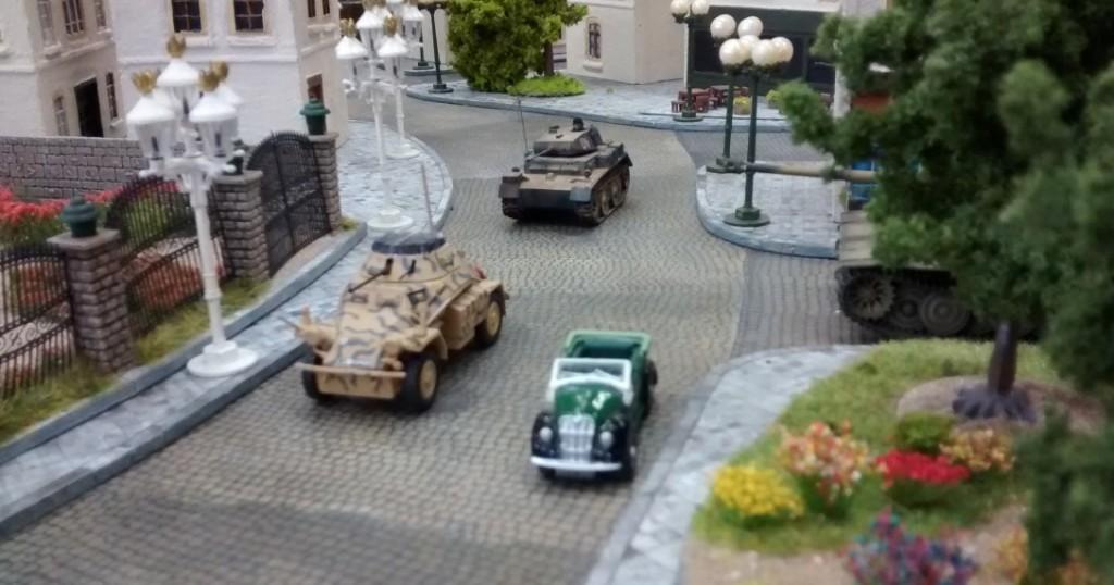 Die beiden Spähpanzer klären am Rosengarten auf.