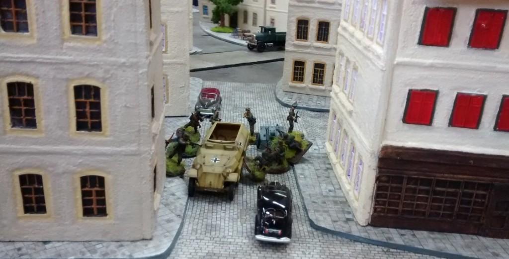 In Stadtmitte sitzt ein weitere 10er-trupp von Sofageneral Jarno ab. Er führt ein leichtes Infanteriegeschütz 18 und einen schweren Granatwerfer  mit sich.