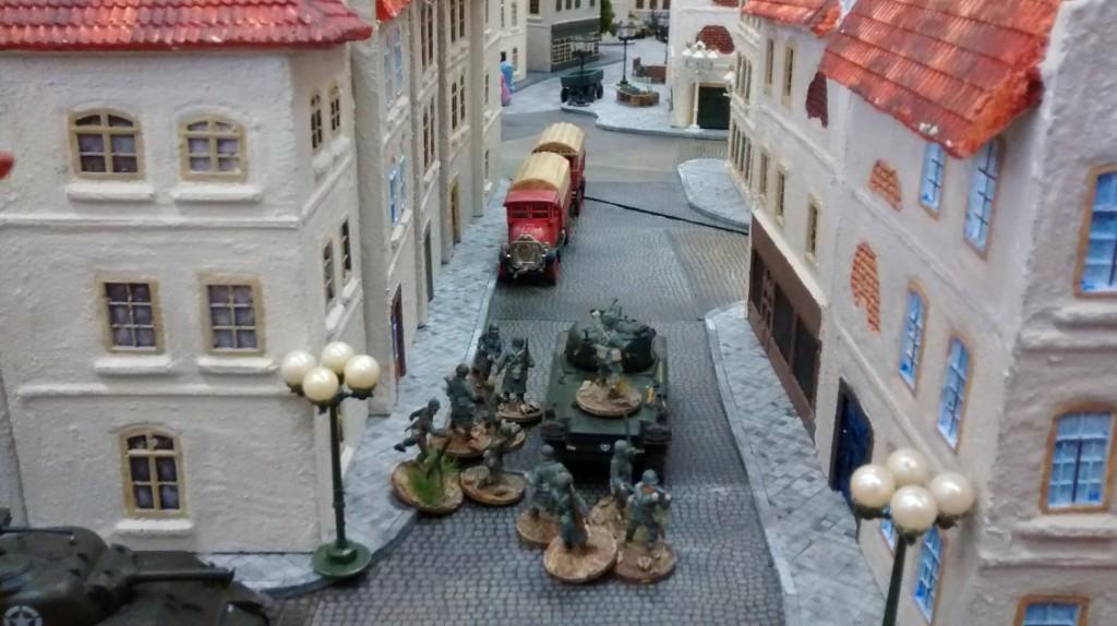In der Seitenstraße folgt dicht auf bereits der nächste Schörmi mit Tankridern.