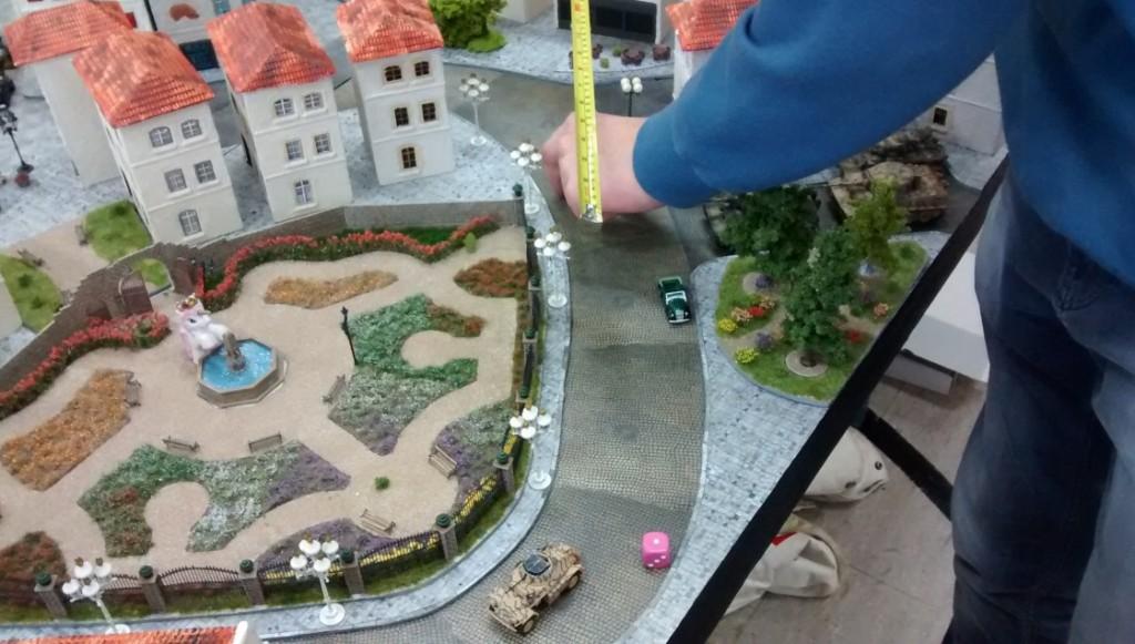 Nächste Runde! Sofageneral Florian rückt voran. Der Wettlauf um den Rosengarten hat begonnen. Auch diese Straße führt zu besagter Kreuzung!