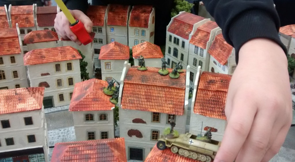 """Doncolor nennt sie """"Schornsteinfeger""""... Mehr und mehr Infanteristen von Sofageneral Jarno beziehen Stellung in Häusern. Über den Dächern von Saint-Aubin-Sur-Mer etabliert sich eine Subciety von Panzergrenadiere, Paratroopers, Riflemen und GIs."""