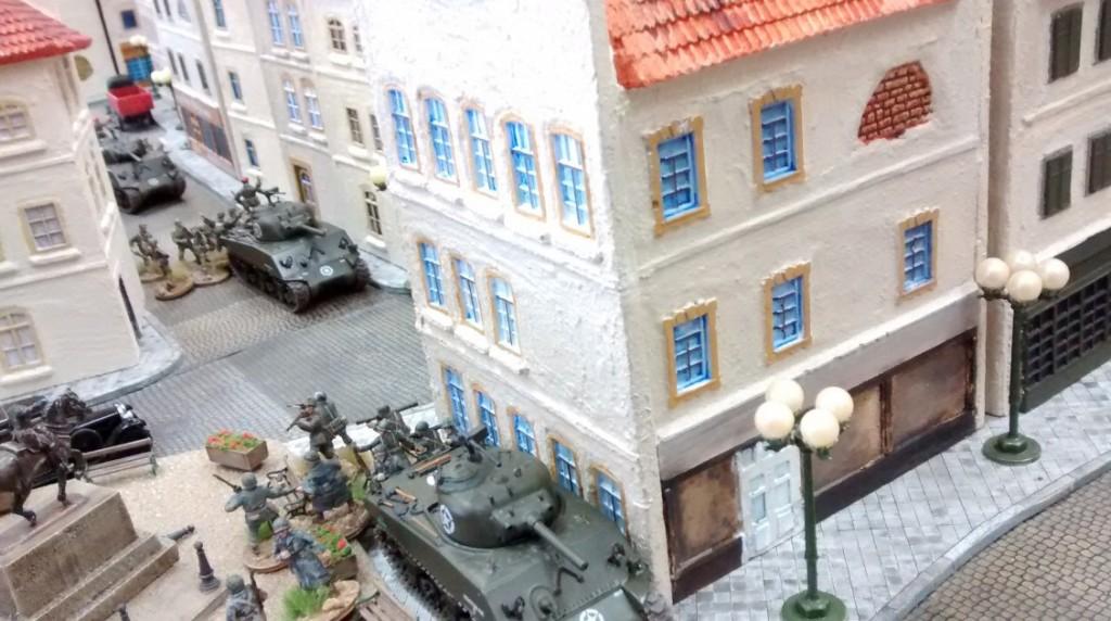 Der US-Nachschub rollt weiter. Die Seitenstraßen sind voll. Doch stets bleibt man in Deckung. Die deutsche Artillerie wird respektiert.