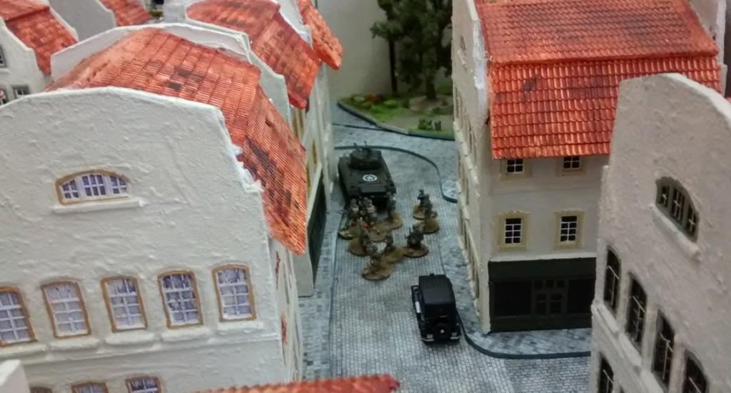 Ein weiterer Schörmi mit Infanteriebegleitung wird in einer Seitenstraße zur Unterstützung bereitgestellt.