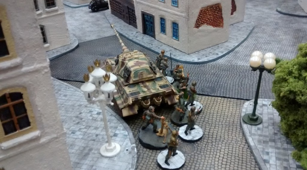 Der zweite Königstiger prescht Richtung Stadtmitte vor. Dort gedenkt er, mit den Schwesterverbänden Verbindung aufzunehmen und sich gemeinsam den vordringenden Allierten entgegenzuwerfen. Die dort stationierten Infanteristen sind zudem mit IG 18 und schwerem Mörser ausgerüstet. Eine vielversprechende Kampfgruppe könnte so entstehen.