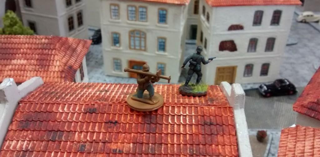Sofageneral Jarno packt in Stadtmitte auch Panzerabwehrwaffen aus.