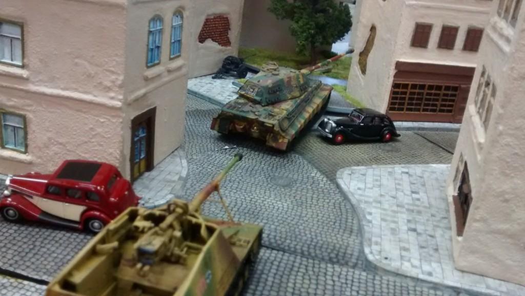 Beim Sofageneral Jarno rollt ebenfalls ein Königstiger in die Schlacht. Eine Hornisse folgt.