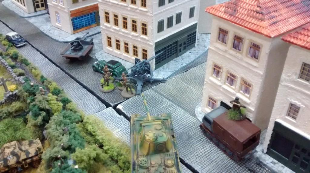 Flak und Pak sind derzeit arbeitslos, da keine alliierten Panzer auf Schussweite herankommen. Dafür wird der Panther nach vorne gezogen.