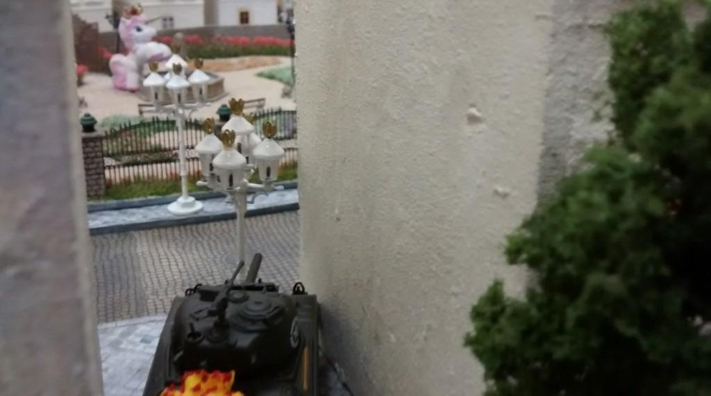 Der angeschlageene Schörmi nimmt Infanteristen im Rosengarten ins Visier.