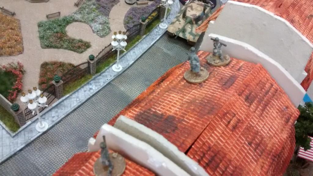 Ob das gut geht? Zwei Bazooka-Schützen und ein GI mit Panzerfaust nehmen den Königstiger aus dem oberen Stockwerk aufs Korn. Das sind drei Stärke-4-Waffen gegen die Panzerung von oben. Das kann ins Auge gehen!