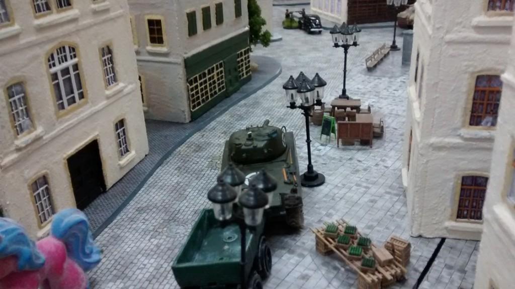 Der infanterielose Schörmi stößt in Richtung Stadtmitte vor... und übersieht dabei den hinter einem Haus lauernden Königstiger. Sehr ungesund, sowas...