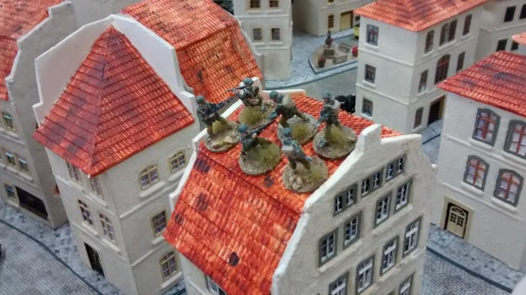 Nebenan besetzt ein anderer 10er-Trupp ein Haus in der Altstadt.