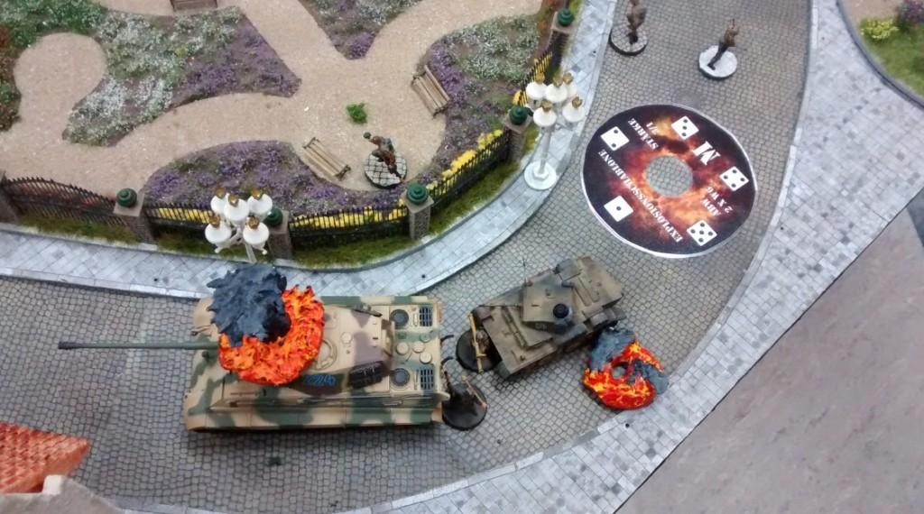 Der Feuerschlag der drei US-Panzerabwehrschützen aus dem obersten Geschoss des Hauses am Rosengarten sitzt. Der Königstiger geht in Rauch und Flammen auf.