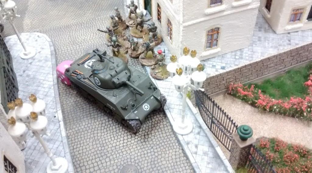 Ein Schörmi mit 10er-Trupp kommt auf die Bühne. Am Rosengarten kann er eingreifen, ohne von der deutschen Artillerie eingedeckt zu werden. Der Infanterietrupp hat die Aufgabe, sich entlang der Häuserzeile am Rosengarten langsam in Richtung des in Stadtmitte stehenden Königstigers vorzuarbeiten und diesen auszuschalten.