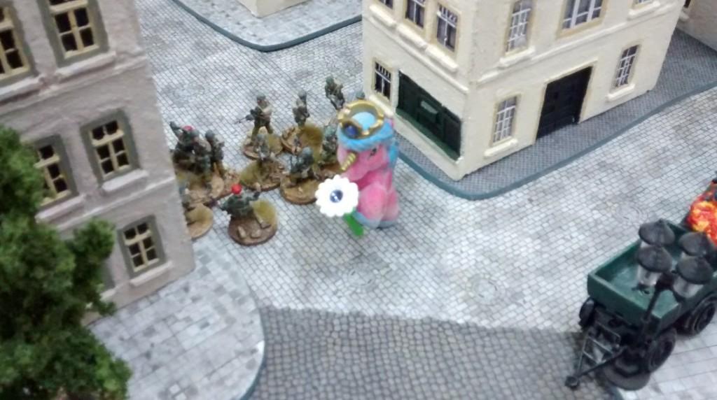 Ein weiterer 10er-Trupp arbeitet sich Haus für Haus vor, stets in Deckung gegen einen deutschen Artillerieschlag.
