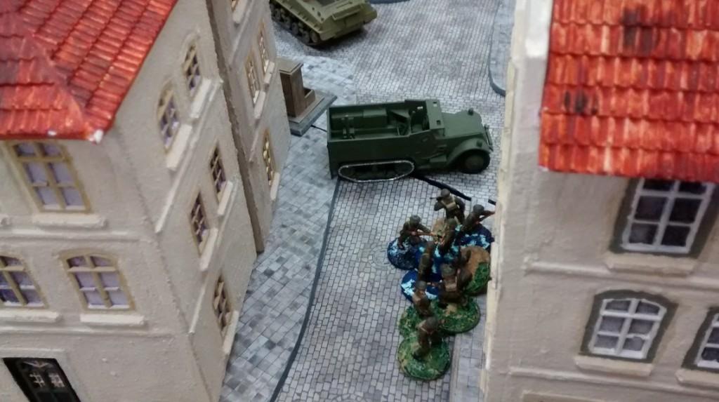 In Stadtmitte fährt der M3 Halftrack vor und gibt den Infanteristen Deckung.