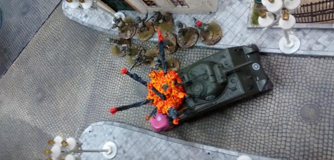 Den Schörmi am Rosengarten hatsgleich erwischt. Zwo Jagdpanther sind halt doch ein harter Brocken für nen Schörmi.