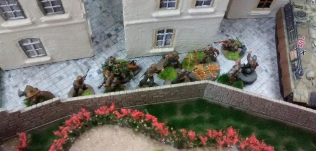 Auf der gegenüberliegenden Seite des Rosengartens machen sich Panzergrenadiere auzf den Weg, um den wachsenden Einfluss von Sturmis GIs einzudämmen.
