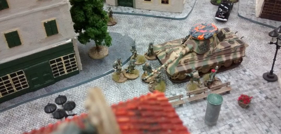 Die Briten drängen in Stadtmitte weiter vor und nutzen das Wrack des Königstigers als Deckung.