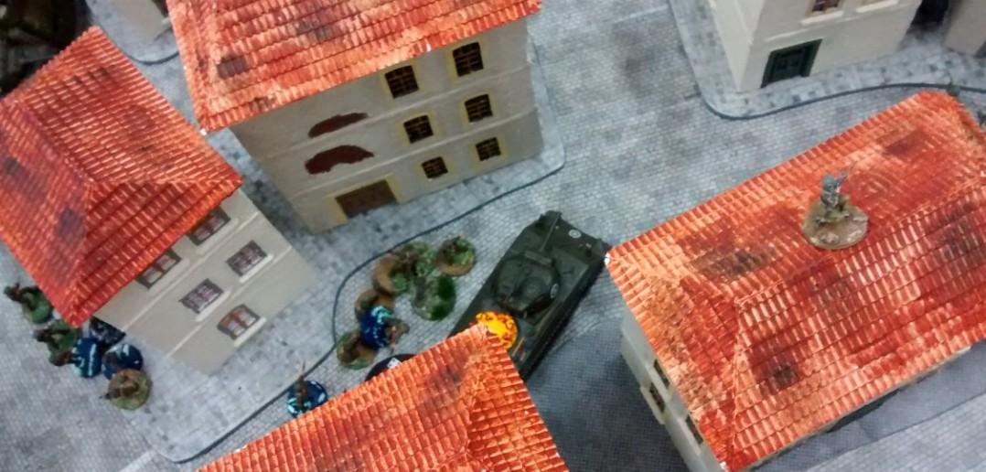Ein Schörmi geht mit Infanteriebegleitung gegen versprengte Panzergrenadiere vor.