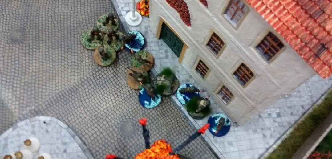 Beim Sturmi rücken weitere 10er-Trupps von Haus zu Haus nach vorne.