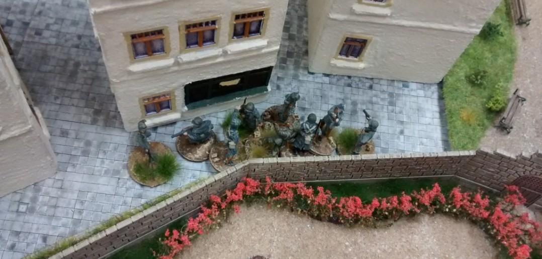 Am Rosengarten macht sich ein 10er-Trupp GIs bereit, die nahen Fallschirmjäger zu unterstützen.
