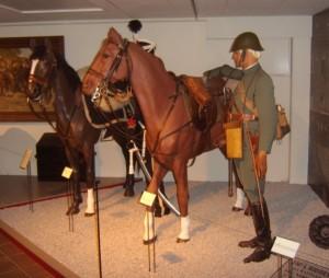 """Abgesessener Offizier der Niederländischen Kavallerie im Range eines """"Ritmeester"""" im Feldanzug mit Stahlhelm."""